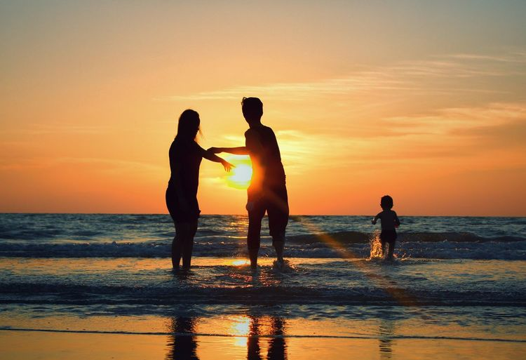Capture every moment ❤ TheGreatOutdoors Thegreatoutdoors-2018eyeemawards Water Sea Full Length Sunset Beach Togetherness Women Men Silhouette Sand Wave Romantic Sky First Eyeem Photo EyeEmNewHere
