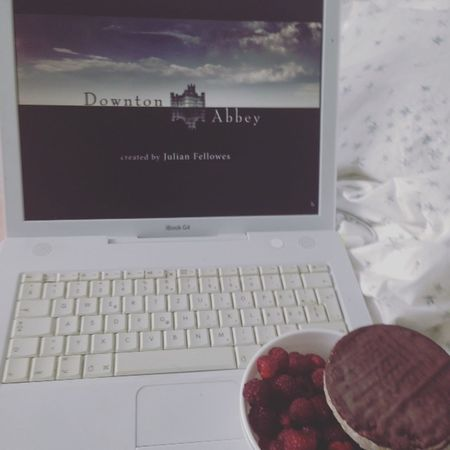There's nothing better in this world than downton abbey, food and my bed! DowntonAbbey Downton Computer Food Raspberries Berries Blanket Bed Series Bed