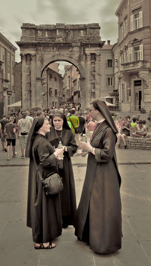 Nuns on a cultural journey Nicospecial.de Nicospecial Nuns Nuns On The Street Nunspecial Full Length Religion Adult Traditional Clothing History Adults Only Men Large Group Of People People Parade Celebration Travel Destinations Only Men Real People Outdoors City Day Women Building Exterior Architecture The Street Photographer - 2018 EyeEm Awards