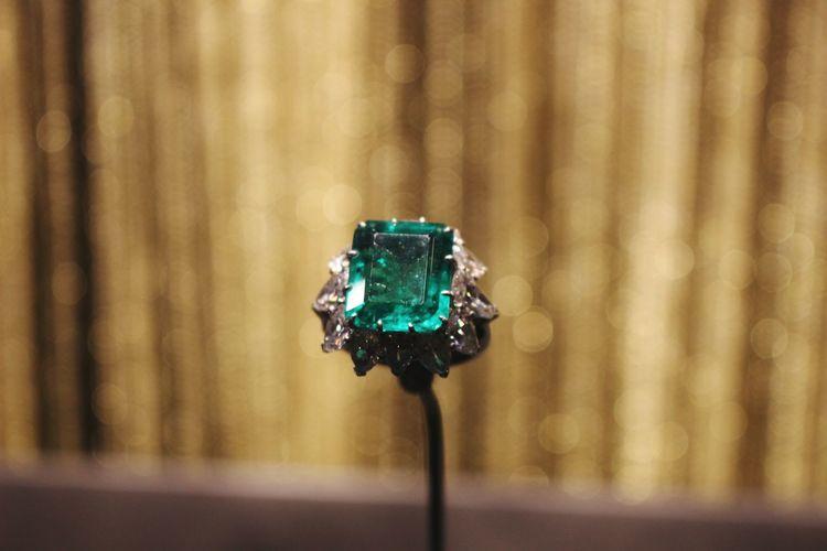 Bokeh Photography Bokeh Bokeh Background Jevelry Bvlgari Exibition Jewellery Jewelry Jewels Gemstone  Gem Gemstones Gems Green Gem Green Color Natural Beauty