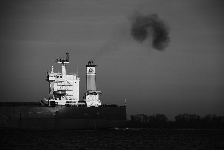 Ship Engine Starting Container Ship Elbe River Crude Oil Diesel Diesel Engine Diesel Power Dust Environment Environmental Damage Feinstaub Feinstaubalarm Nautical Vessel No People Schweröl Sea Ship Water
