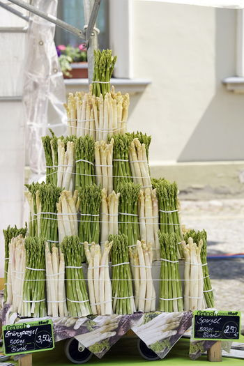 Spargel weiß und grün Asparagus Bunch Close-up Day Food Food And Drink Freshness Green Color Healthy Eating Large Group Of Objects No People Outdoors Piled Up Spargel Tied Up, Variation Vegetable
