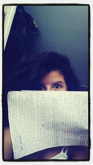 Estudiando. Muerta de sueño