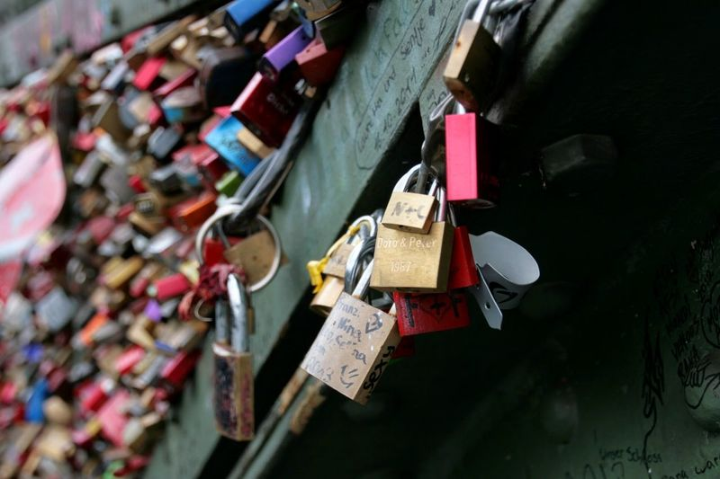 Schloss Liebesschlösser Lovelocks Liebesschloss Valentinstag Valentine's Day  Valentine Schlösser Lovelock Köln Glück Happiness Togetherness Luck Erinnerungen Remembering Liebe Padlock Lock Love Lock Security Love Safety Protection Hope - Concept Bridge - Man Made Structure Close-up