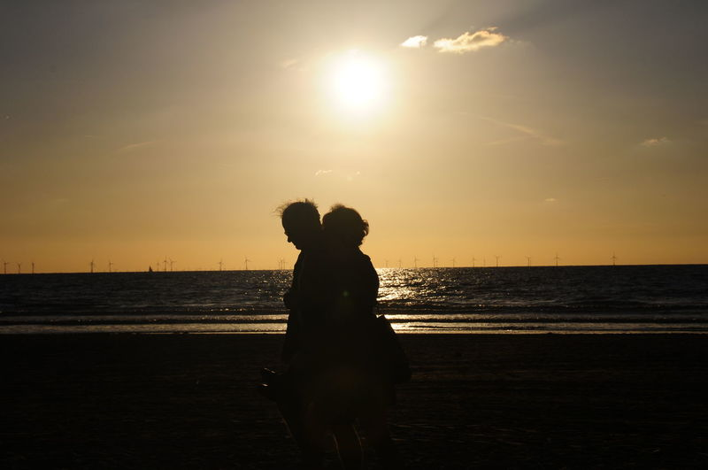 Spaziergang Am Strand Abendstimmung Am Meer Paar Couple Beach Beauty In Nature Couple - Relationship Horizon Horizon Over Water Land Leisure Activity Nature Outdoors Positive Emotion Real People Sea Silhouette Sky Sunset Togetherness Two People Water