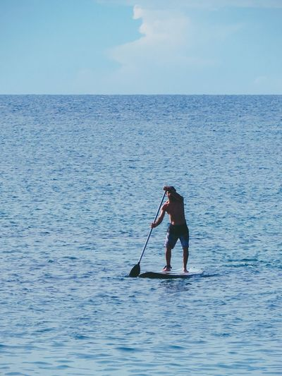 Deslizar no mar One Person Oar Water Full Length Adults Only Paddleboarding Day Outdoors Adventure People Sea Adult Vacations Holding Nature Tranquility Standing Real People Sea Standuppaddle