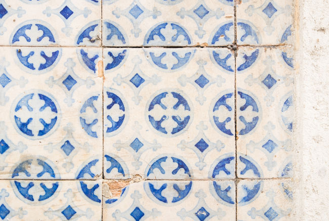housewall with tiles, Lisbon, Portugal Außenverkleidung Dekoration Kacheln Portugal Ceramics Cultures Decoration Decorative Detail Facades Fliesen Hauswand House Wall Keramik Kultur Kunsthandwerk Lisboa Lisbon Lissabon Muster Pattern Tiles Tilework Wall Covering Worn Out