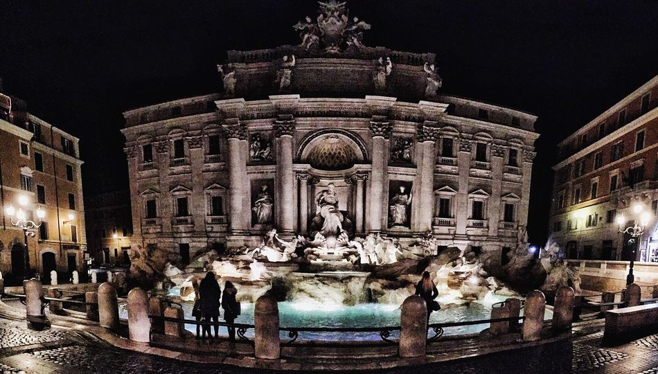 Sei la più bella del mondo ❤️💛 Statue Sculpture Night Illuminated Architecture Fountain Building Exterior Built Structure Large Group Of People History Travel Destinations Outdoors Tourism Architectural Column Travel Façade Water Sky Rome Roma Italy Italia Fontana Di Trevi Romebynight