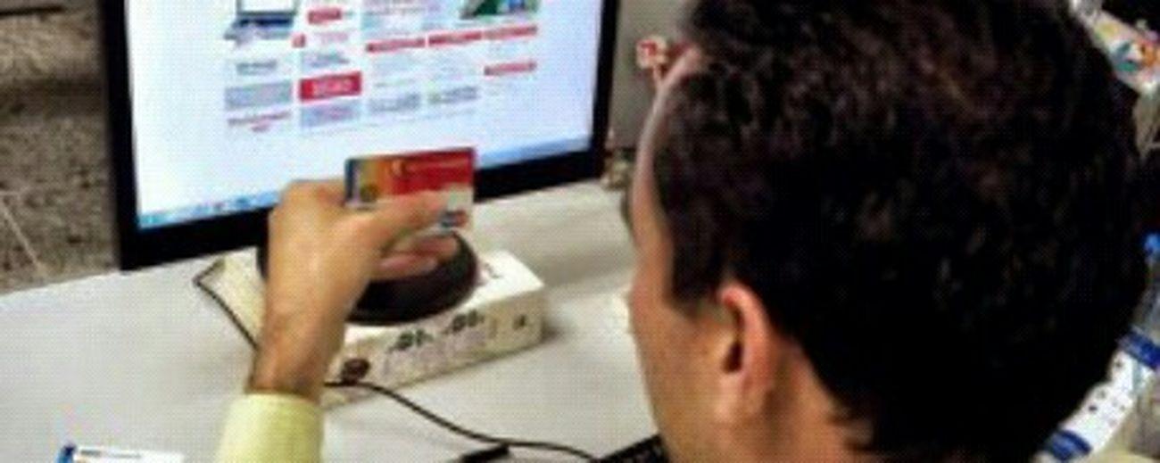 """Taking Photos¡ALERTA! Delincuencia organizada está saqueando cuentas bancarias en 6 estados May 23, 2015 @ 8:00 pm Las cuentas del Banco de Venezuela se ubican entre las más vulnerables a los hackers. Los trabajadores de los bancos, las agencias telefónicas y los delincuentes se unieron para saquear, vía transferencias electrónicas, las cuentas de ahorros y corrientes de los zulianos.La Policía recibió 100 denuncias en los últimos días. Se estima que la pérdida oscila los 800 millones de bolívares. La banda del """"Pequeño Juan"""" actúa en el Zulia, Caracas, Falcón, Lara, Valencia y Portuguesa. Esta semana atraparon al líder en Maracaibo, pero sus secuaces continúan sus andanzas. Jéssika Ferrer Palma / jferrer@laverdad.com /La Verdad Según la Policía, la mente maestra radica en la región, reclutó a sus cómplices y al ver la rentabilidad del negocio se extendieron al territorio nacional.En los últimos días han allanado docenas de residencias y locales al norte, centro y este de Maracaibo. En los procedimientos incautaron vehículos, viviendas, teléfonos celulares y computadoras. También atraparon a cuatro sospechosos, entre ellos al presunto cabecilla, el """"Pequeño Juan"""". En la organización participan empleados de las instituciones financieras, estos son los encargados de facilitar los movimientos, el monto de las cuentas y los datos de los clientes; los trabajadores de las empresas de telefonía, su responsabilidad radica en desactivar momentáneamente la línea de los móviles, asignarla a otro aparato para que un tercero sea quien reciba el mensaje de texto de confirmación y la llamada personalizada para autorizar la transacción; los hakers, quienes mueven el dinero de una cuenta a otra, y los receptores, que prestan sus cuentas para depositar el dinero sustraído. En un día pueden hacer docenas de movimientos de fondos, se estima que sus ganancias diarias oscilan entre uno y 10 millones de bolívares. Hasta ahora no se ha comprobado que estén implicados en el robo de cupos el"""