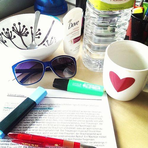 Bürostillleben ... wichtigstes Utensil --> ganz klar die Sonnenbrille 😎 😃 ! Ichwillnachhause Feierabendwobistdu Sunisout