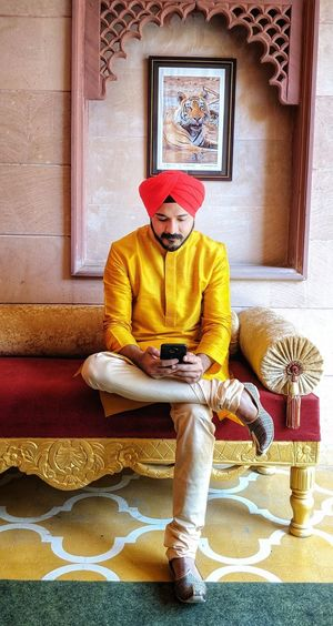 Being ethnic and phone addicted .. Ethnicwear Turbanandbeard Indian Pixel2xlphotography Phoneaddict Portrait Sitting Home Interior King - Royal Person Royalty Wearing