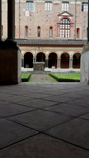 Architecture Church Sightseeing Sant Andrea Vercelli Cloister Well
