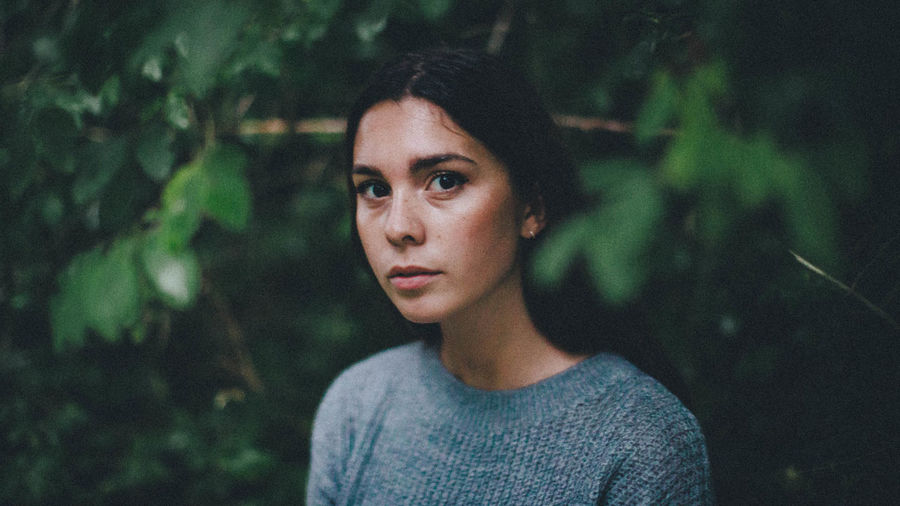 Simple Portrait Forest Leafs Young Adult Beautiful Portrait Of A Woman Photography Calm Moody Rainy Days Green Color Casual Clothing Portrait Young Women Beautiful Woman Beauty Headshot Looking At Camera Beautiful People Front View Close-up Casual Clothing International Women's Day 2019