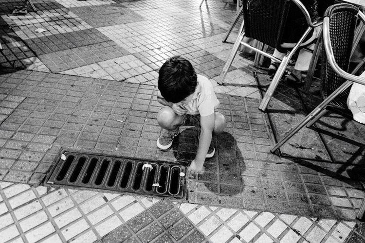 Streetphotography_bw Streetphoto_bw Córdoba Taking Photos Kids Kids Playing Playing The Street Photographer - 2016 EyeEm Awards Andalucía People Streetphotography Blackandwhite SPAIN Independent Eye Inocence