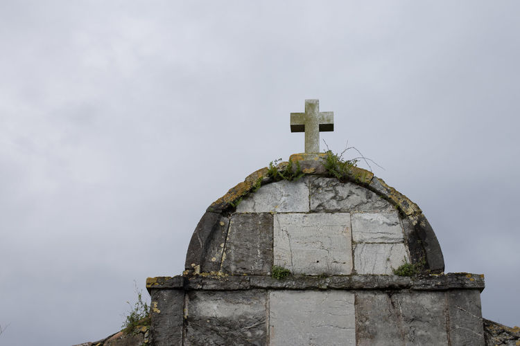 Cross on building against sky