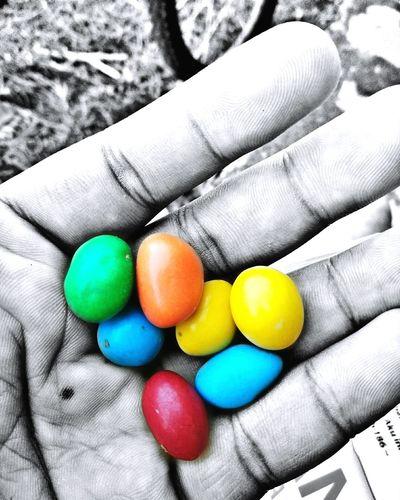 Hidup penuh warna warni...walhal dlm kegelapan hidup yg dihadapi,percayalah tak selamanya gelap,akan ad warna yg akn menghiasi hidup kita... :-)