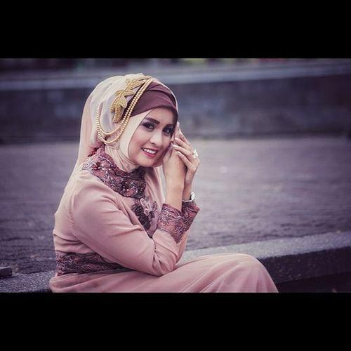 """""""Smile"""" Hijab_styles Bridalmakeup Hijab Photoshare_everything Photoshoot Models Exploreindonesia Likeforlike Instalike Fashion"""
