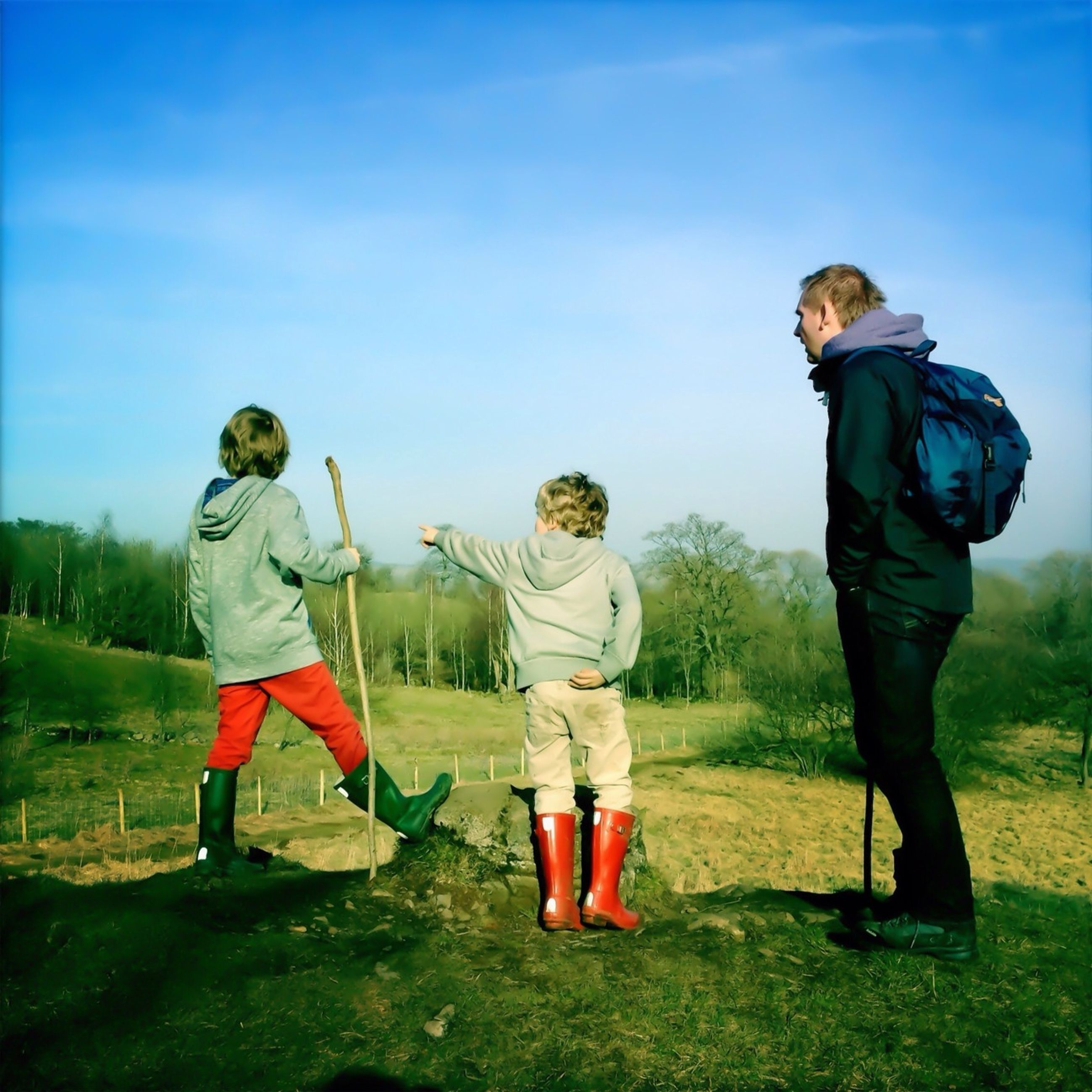 full length, lifestyles, casual clothing, leisure activity, childhood, boys, togetherness, rear view, girls, family, elementary age, bonding, men, sibling, love, standing, grass, family with one child