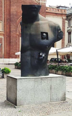 Milano Sculpture Streetphotography Walking Around Visiting Taking Photos Italy Man Bust  Optical Illusions Cut Monument Sunny Day EyeEm Best Shots Eye4photography  EyeEm Gallery Tadaa Community Beautiful Enjoying Life Traveling Funny Abstract What's That? Fashion Keep Traveling His head is in his heart…🗿💙👏🏼