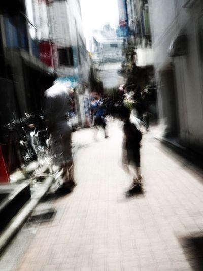 街スナップでブレブレ写真ばかり量産してると、撮った本人が見るのに飽きて来る。ブレブレ写真はホドホドに…反省😓 Olympus OM-D E-M5 Mk.II Tokyo Street Photography Camera Shake Bleach Bypass Child City Architecture Building Exterior Street Built Structure Blurred Motion Transportation Motion Walking Real People Day
