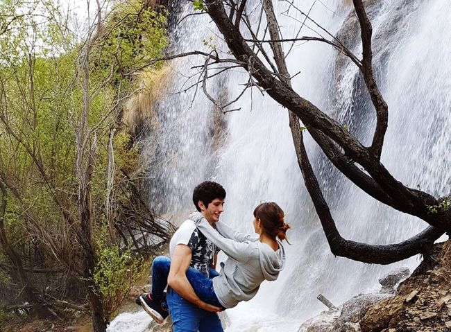 solo a tu lado Togetherness Love Happiness Adult Two People Tree Nature Casual Clothing People Enjoyment Bonding Day Men Outdoors Sitting Water Women Beauty In Nature Smiling Growth