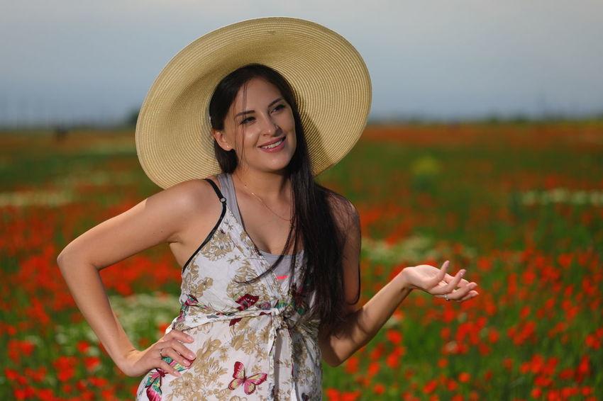 WeekOnEyeEm EyeEmSelect Outdoor Photography Portrait Smiling Women Cheerful Happiness Young Women Looking At Camera Sun Hat Beauty Summer