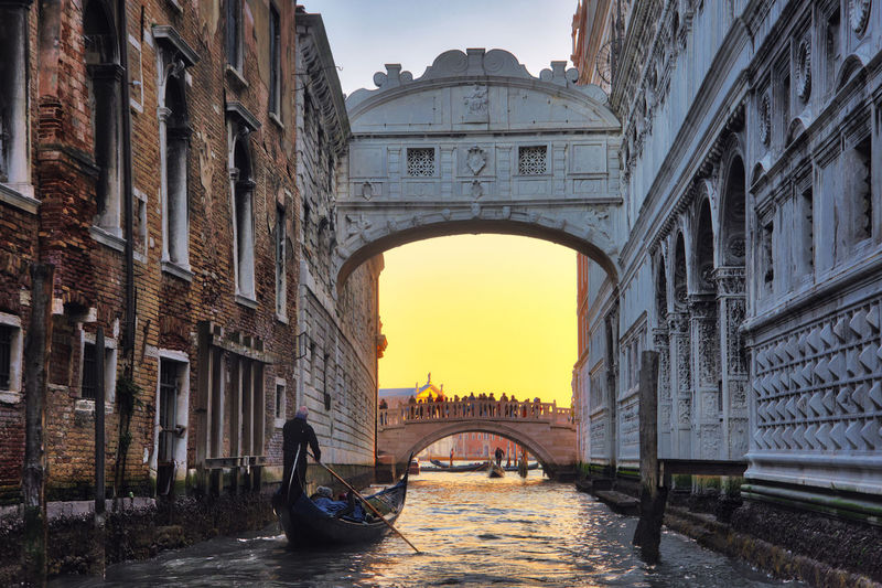 Bridge of sights Venezia Venice, Italy Arch Architecture Bridge Bridge - Man Made Structure Bridge Of Sighs Building Exterior Built Structure City Day History Outdoors Real People Tourism Transportation Travel Travel Destinations Venice