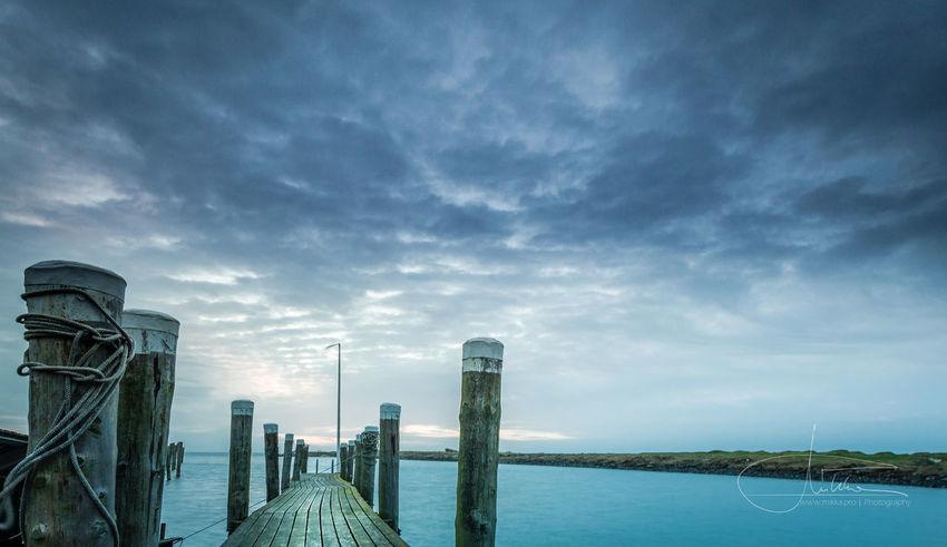 Steg im Rantumer Hafen. Cloudy Sky German Holz Marítim Meer Pier 39 Steg Strand Beach Jetty Nordsee Northsea Pfähle See Seile Sunrise Sylt Wattenmeer