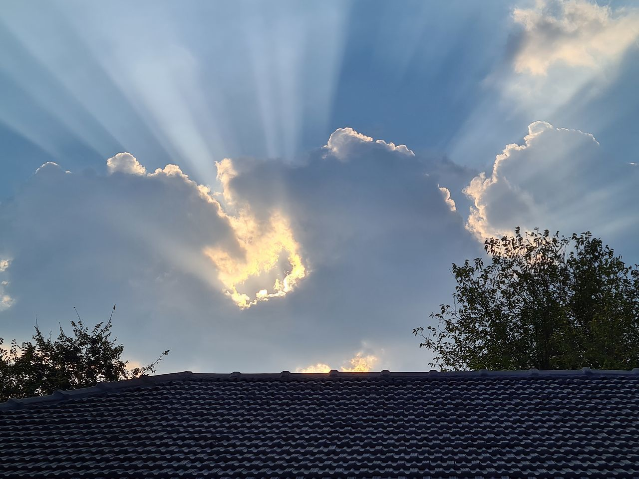 LOW ANGLE VIEW OF ROOF AND BUILDING AGAINST SKY