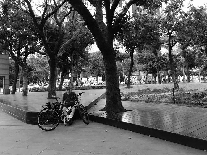 每每看到有外國人來台灣旅居或是住一輩子都覺得很厲害呢,剛好遇到外國伯伯自己一個人騎著腳踏車在木階上休息,看到無預警拍了個照,他靦腆地對我笑,擺了擺幾個輕鬆坐姿,頓時覺得老人家固執歸固執,有時挺也有可愛的一面。有人問是不是都習慣一個人啊?我想應該不是習慣,而是人本來就是獨立的個體,與其說是習慣,倒不如說,練習。當我們學習跟另一個人相處,融入社會,有了陪伴的時候,要漸漸練習獨處時。一個人吃飯,一個人旅行,一個人逛街,一個人看書,一個人看電影,一個人騎著腳踏車...。我想我們是習慣孤獨,而覺得孤單時,是找不到自己理想的生活而覺得寂寞罷了。傻瓜,多疼自己些,愛自己也才能好好愛身邊的人。 每一天都是一種練習