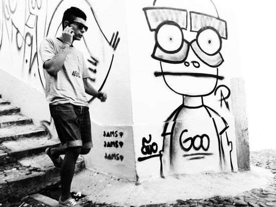 Jamming with the handsome graphiti Goo. AMPt_community Streetphoto_bw Blackandwhite Streetphotography