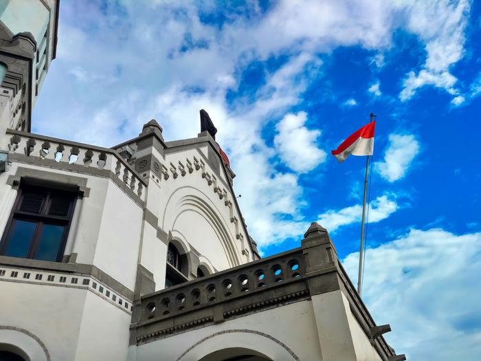 this caption in BAHASA , bangunan yang kokoh dan dan artistik , di tambah dengan latar langit yang biru , semakin mencerminkan megahnya bangunan ini . di balik itu semua tersimpan kenangan pahit dimana penjajahan dan kolonialisme membabibuta di bumi pertiwi ini . namun kini penjajahan di atas dunia telah di hapuskan , sejalan dengan cita-cita bangsa indonesia yang tertuang dalam UUD1945 . Wallpaper Central Java INDONESIA Mobilephotography Place Of Worship Royalty