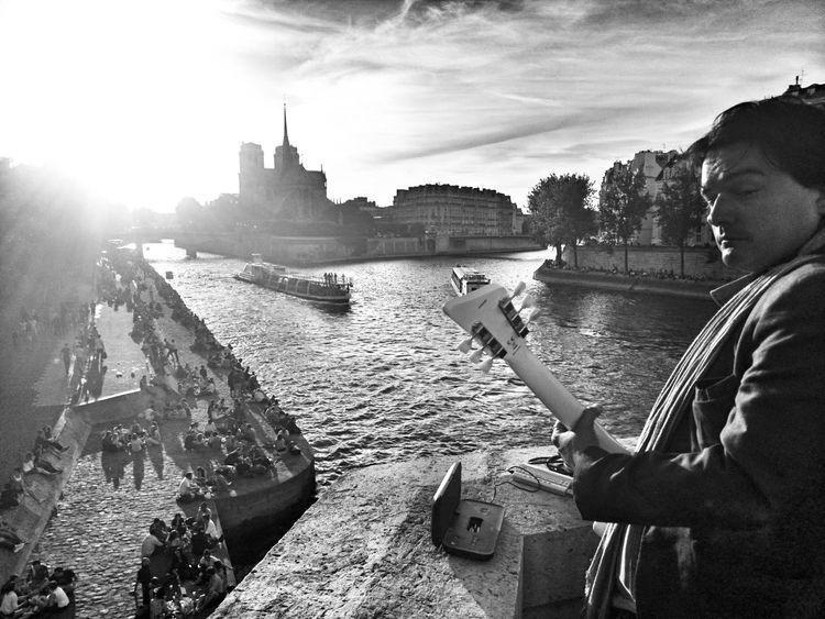 Jouer pour la foule. Fete De La Musique Paris ❤ EE_Daily: Black And White