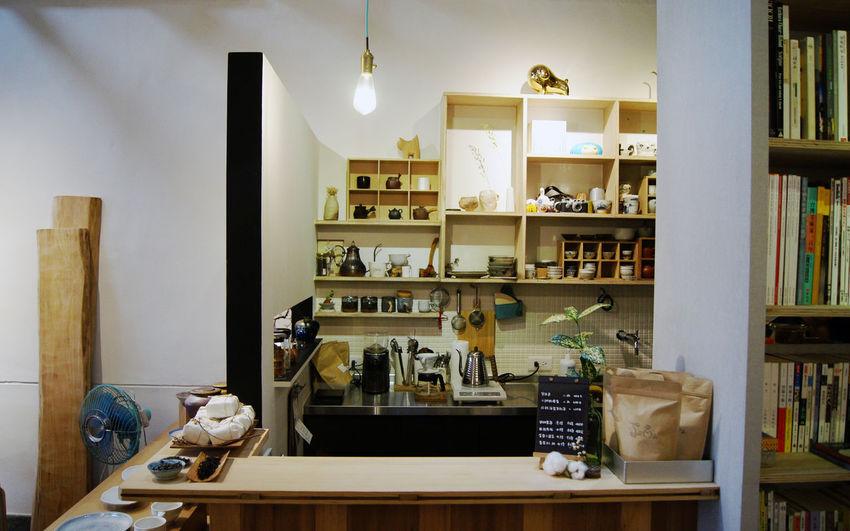 豆ㄦ經營畫廊、陶器、咖啡與茶,我們試圖在一棟60年的挑高屋架老屋,完成一個可供看展、閱讀、品茶與咖啡的人文空間。 More Detail:https://goo.gl/8AmqVE Caffee DOR ART ROOM Gallery Hand Red Oldhouse Pottery Space Tea 中西區 台南 台灣 豆ㄦ