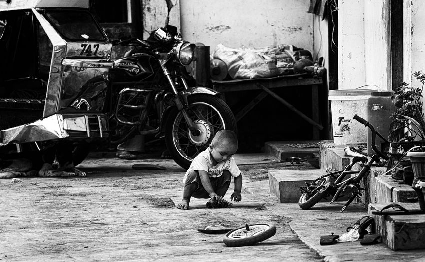 streetkid Babyboy Boy Kid Noir Playing Real People Streetkid Streetphoto_bw