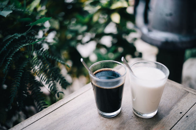 Black&white Drink Refreshment Food And Drink Drinking Glass Glass Household Equipment Table Freshness Focus On Foreground Wood - Material Still Life Day No People Food Coffee Coffee - Drink Close-up Outdoors Healthy Eating Non-alcoholic Beverage Beauty In Nature Blackandwhite Milk Plant Leaf