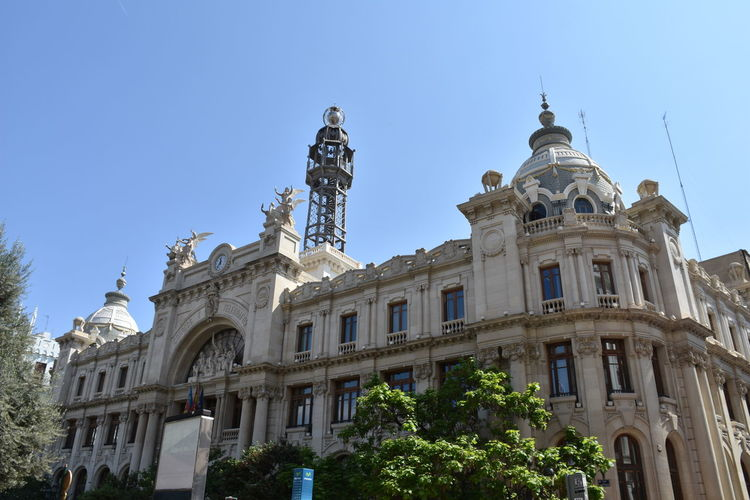 Low angle view of oficina de correos against sky