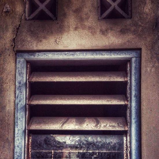 Saksi bisu jendela yang menghadirkan suasana kelam saat kejadian itu.. Hanya manusia dan bangunan ini yang mengetahuinya Infinixhotnotex551 Minimalist Old Window 1985