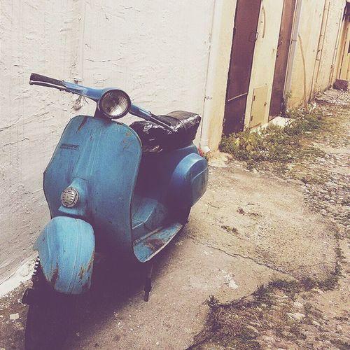 """""""Atla arkama gezelim"""" dedi mavi scooter. Vscocam Vscostreet Vscolover Viscourban vscohub rodosisland island scooter mavi vscotravel"""