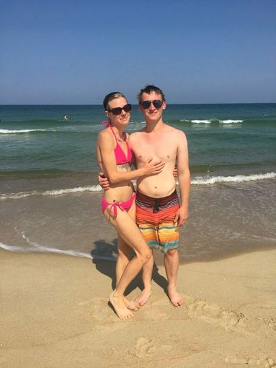 Young Women Portrait Full Length Sea Togetherness Men Beach Standing Couple - Relationship Sand