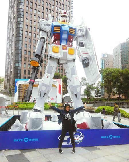Gundam Docks at Taiwan 🙆 Happiness Myhappiness meet this big Gundam Gundam Build Fighter GUNPLA EXPO Gundam Model Gundam Factory GUNDAM DOCKS AT TAIWAN Taipei Taipei City Hall City Real People Full Length Day Built Structure Architecture Building Exterior Outdoors Two People People Adult Adults Only