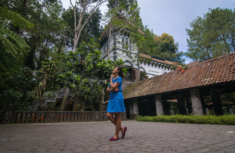 ulen sentalu Girl Girlfriend Love Laugh Happiness Holiday Vacations Tree Young Women Full Length City Women Standing Sky Architecture Standing On One Leg Hiker Skirt Posing Sandal