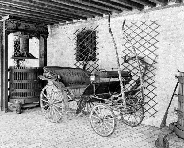 Se per vivere bastassero i desideri, i poveri andrebbero in carrozza. (Proverbio) Carrozza Vecchiacarrozza Carro Calesse Oldcoatch Carriage Mode Of Transport Land Vehicle Transportation Horsedrawncarriages