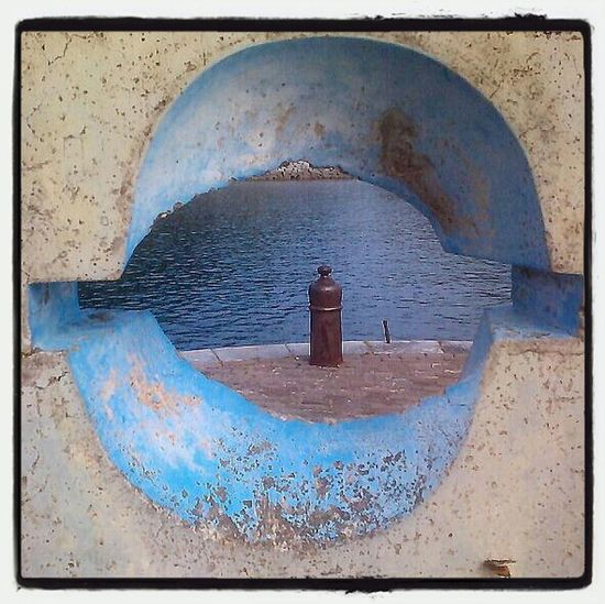 Ibarrolaren begia Mutrikuko kaian. Escultura Ibarrola Estela Mutriku