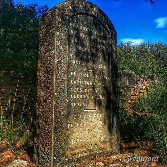 Pedra dels francesos, record de la Batalla de Sant Quintí. Cardona Bages gaudeix_cat clikcat descobreixcatalunya Catalunya catalunyaexperience
