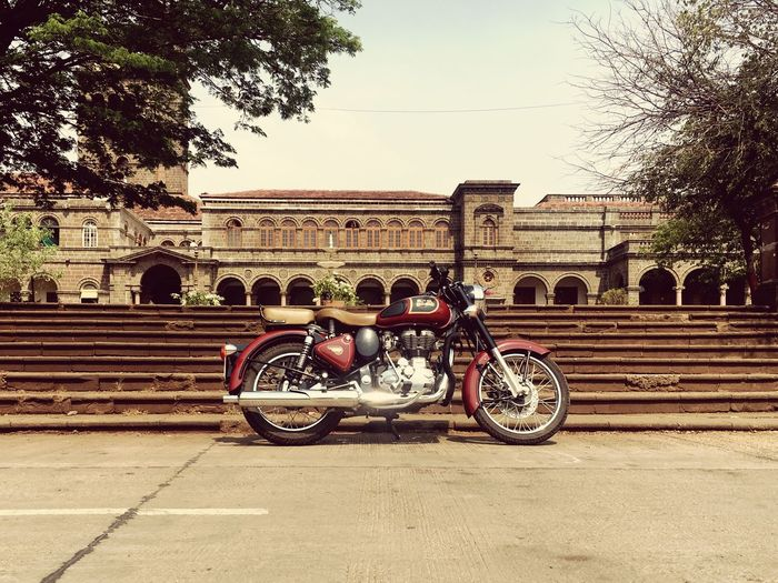 #royalenfild Forsell Photography Themes Bikelover💜 Old Architecture Old Buildings Vintage Castle Royalenfield Clasic350 Bullet Transportation Mode Of Transportation Land Vehicle Tree Sky Architecture Nature City Plant Stationary Built Structure Day Motorcycle Street Outdoors Travel Bicycle Building Exterior Clear Sky No People