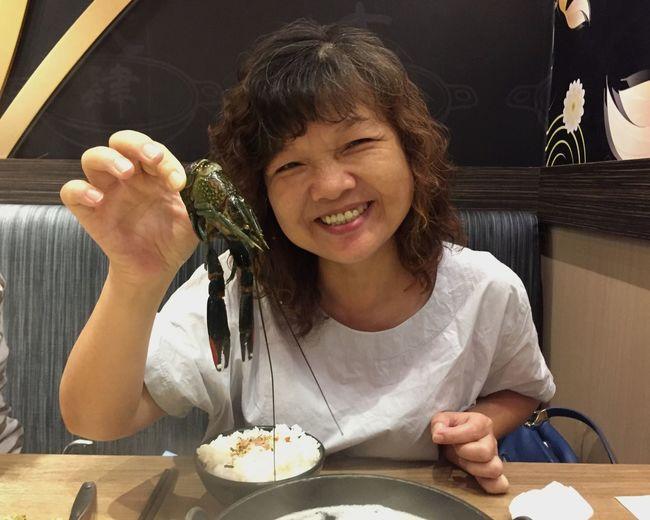 澳洲小龍蝦🤤 Lobsters EyeEm Selects One Person Real People Front View Headshot Portrait Food And Drink Happiness Females Women Smiling Food