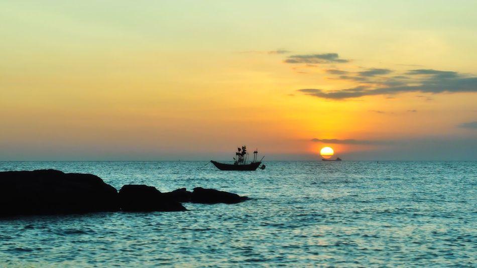 泊船 Sky Water Sea Sunset Beauty In Nature Scenics - Nature Orange Color Silhouette Horizon Over Water Waterfront Horizon Nature Transportation Tranquil Scene Real People Nautical Vessel Cloud - Sky Idyllic Tranquility Sun
