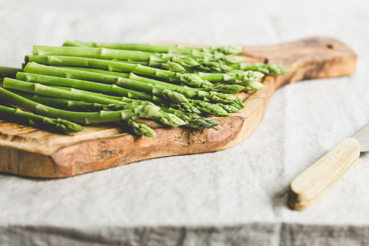 Food And Drink Food Healthy Eating Vegetable Freshness Wellbeing Asparagus No People Indoors  Green Color Close-up Selective Focus Still Life Cutting Board Organic Raw Food Wood - Material Bread High Angle View Table Vegetarian Food Snack