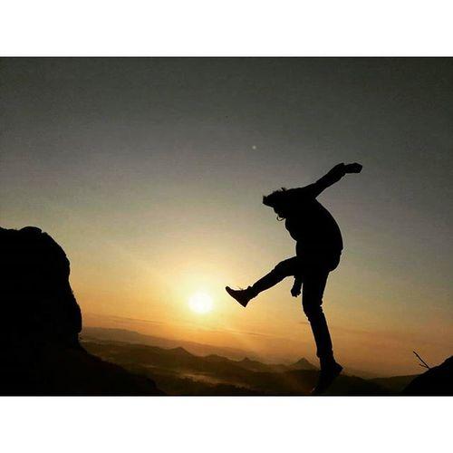Pagi yang indah.bebas kan diri dengan melompat dan teriak sekencang kencang mungkin.bebasss !!!! Pacitanhiddenparadise Pacitanparadiseofjava Gununglanang Vscocam vsco vscogood explorepacitan